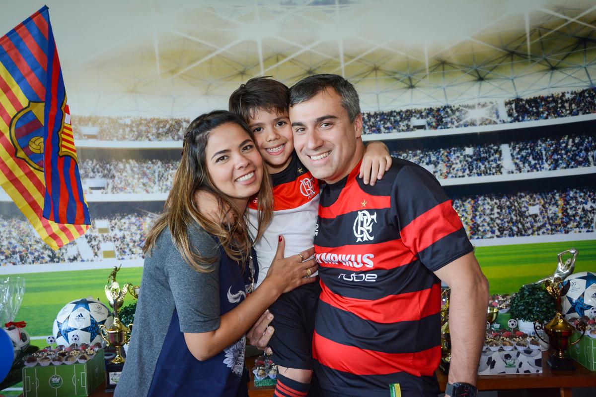 fotografia com os pais no Buffet High Soccer, Morumbi, São Paulo aniversário de Rafael e João 6 anos tema da festa futebol