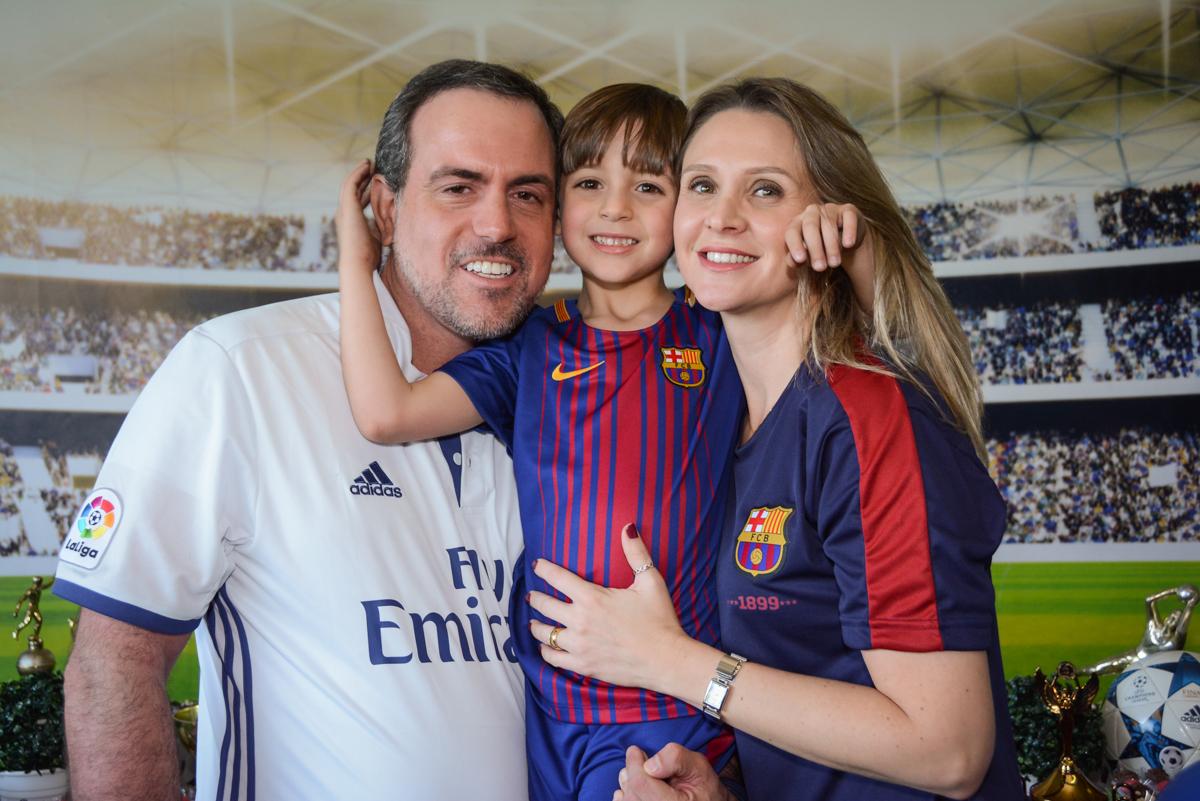 fotografia do abraço com os pais no Buffet High Soccer, Morumbi, São Paulo aniversário de Rafael e João 6 anos tema da festa futebol