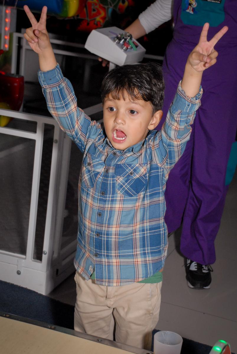 comemorando gol no Buffet Galeria da Arte, Vila Maria, São Paulo, aniversário de Lorenzo 4 e Lucca 1 aninho tema da festa super herois