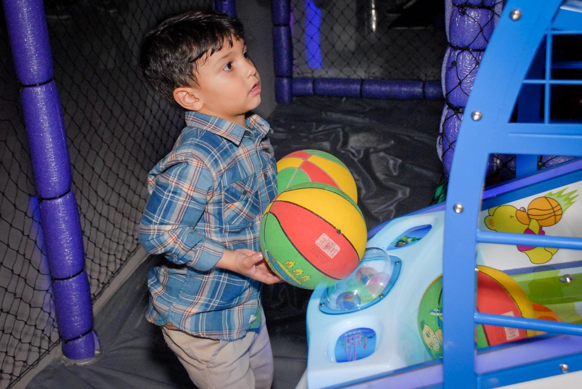 jogando basquete no Buffet Galeria da Arte, Vila Maria, São Paulo, aniversário de Lorenzo 4 e Lucca 1 aninho tema da festa super herois