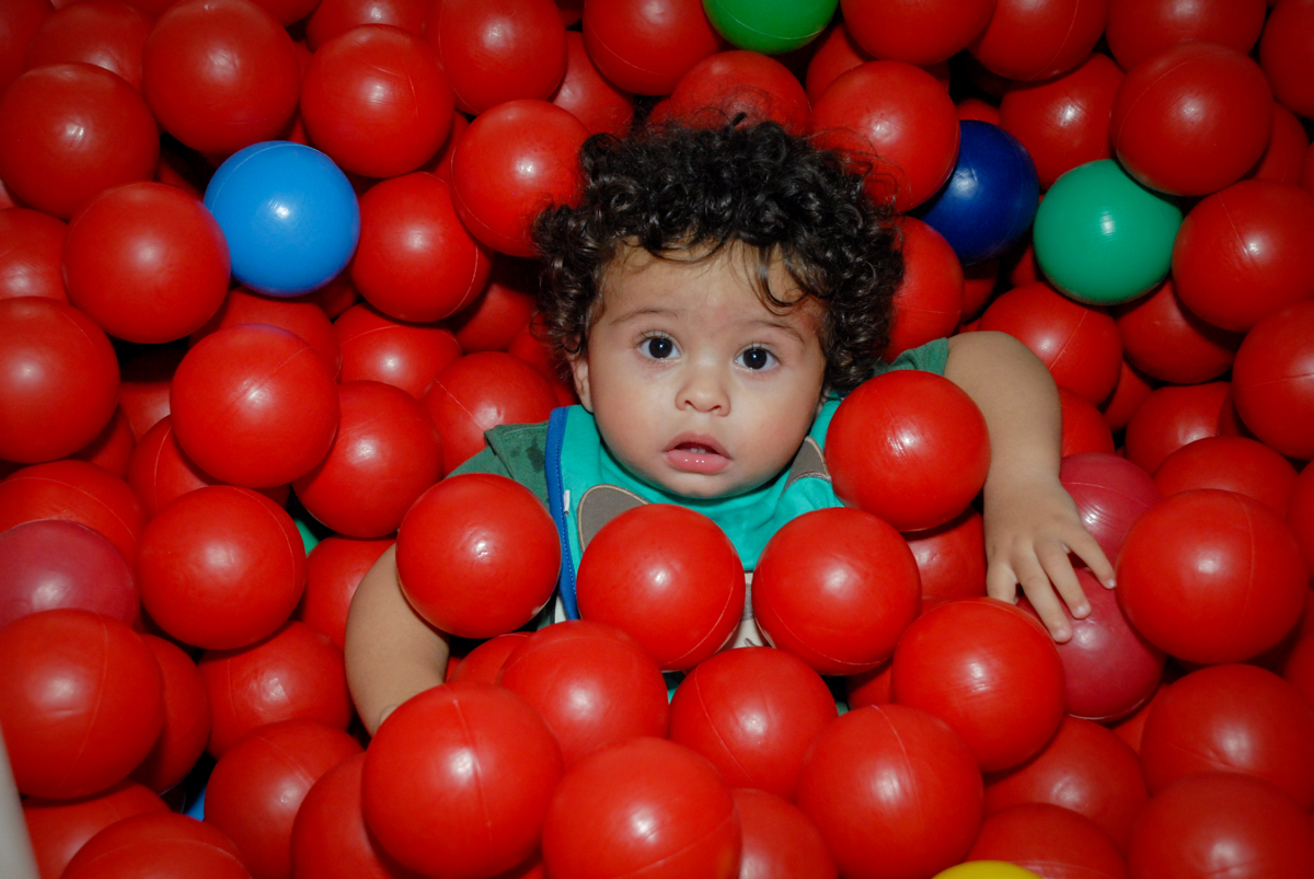 brincando na piscina de bolina no Buffet Galeria da Arte, Vila Maria, São Paulo, aniversário de Lorenzo 4 e Lucca 1 aninho tema da festa super herois