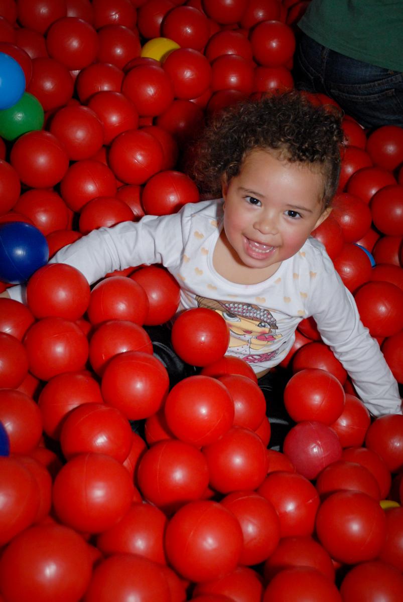 as crianças brincam na piscina de bolinha no Buffet Galeria da Arte, Vila Maria, São Paulo, aniversário de Lorenzo 4 e Lucca 1 aninho tema da festa super herois