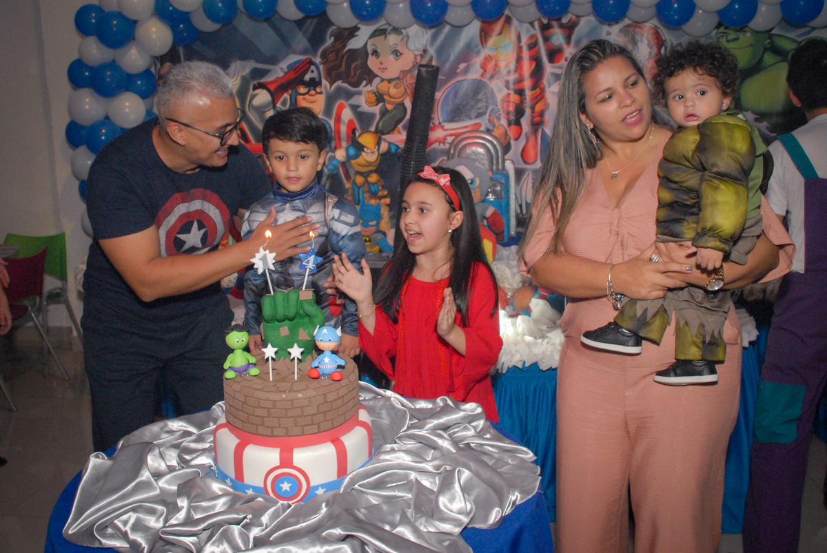 hora do parabéns no Buffet Galeria da Arte, Vila Maria, São Paulo, aniversário de Lorenzo 4 e Lucca 1 aninho tema da festa super herois