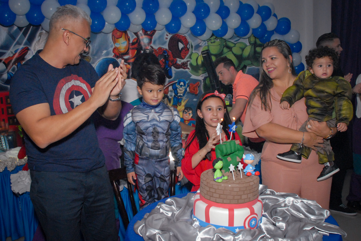 cantando parabéns no Buffet Galeria da Arte, Vila Maria, São Paulo, aniversário de Lorenzo 4 e Lucca 1 aninho tema da festa super herois