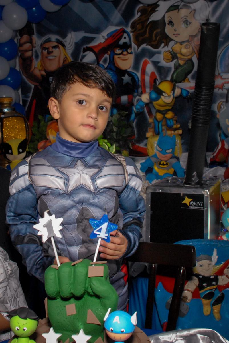 foto do aniversariante no Buffet Galeria da Arte, Vila Maria, São Paulo, aniversário de Lorenzo 4 e Lucca 1 aninho tema da festa super herois