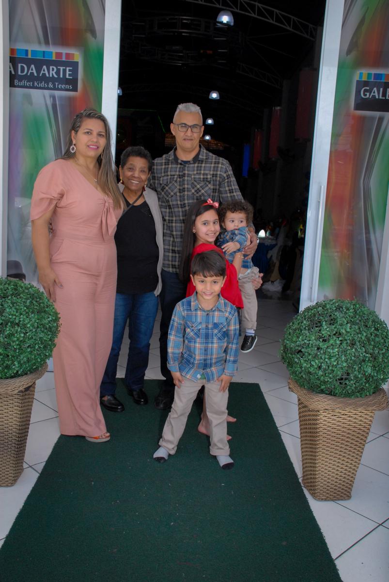 entrada da família no Buffet Galeria da Arte, Vila Maria, São Paulo, aniversário de Lorenzo 4 e Lucca 1 aninho tema da festa super herois