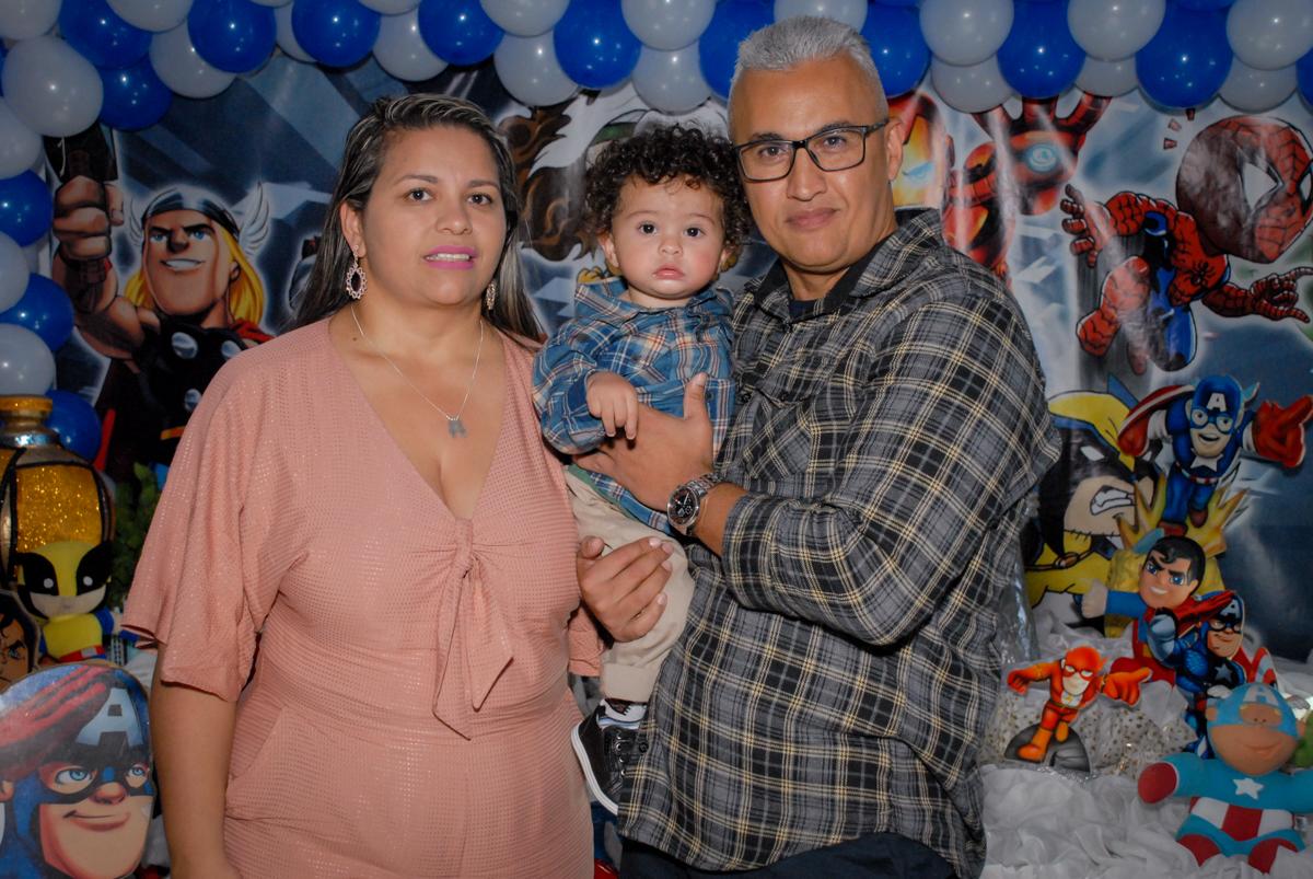 foto do aniversariante com os pais no Buffet Galeria da Arte, Vila Maria, São Paulo, aniversário de Lorenzo 4 e Lucca 1 aninho tema da festa super herois