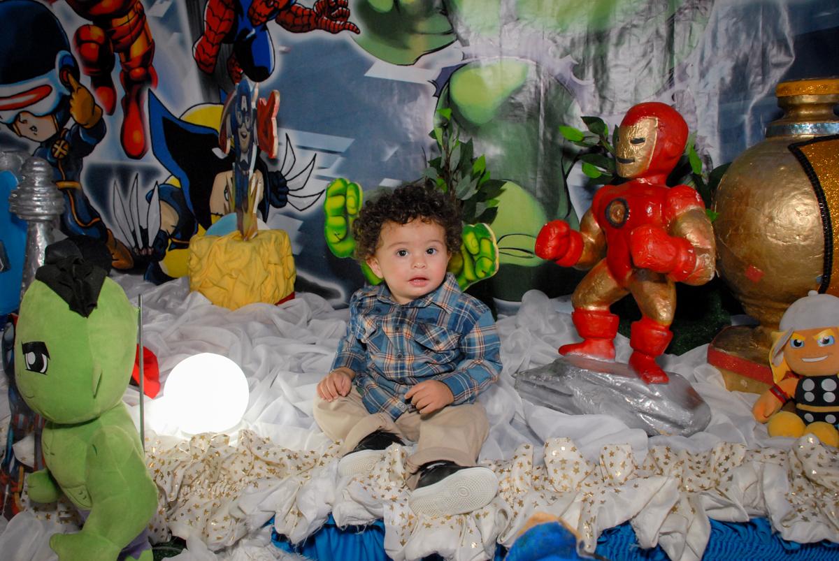 sentado na mesa decorada no Buffet Galeria da Arte, Vila Maria, São Paulo, aniversário de Lorenzo 4 e Lucca 1 aninho tema da festa super herois