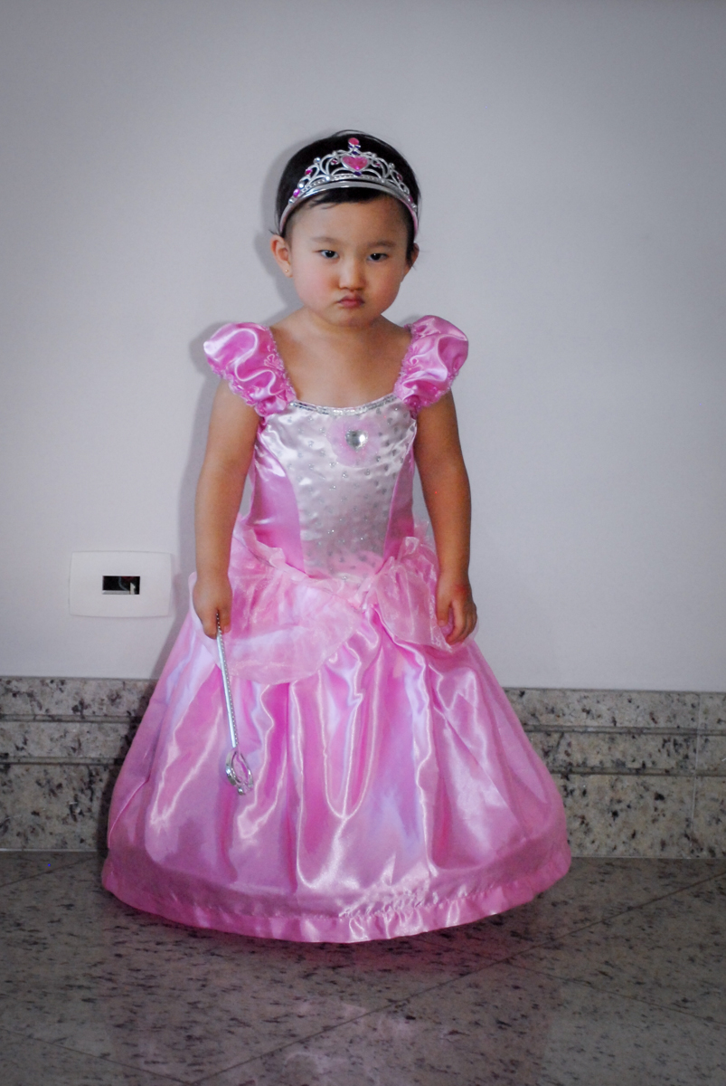 se preparando para o parabéns no condominio vila mariana aniversario de nicole 3 aninhos tema da festa princesas