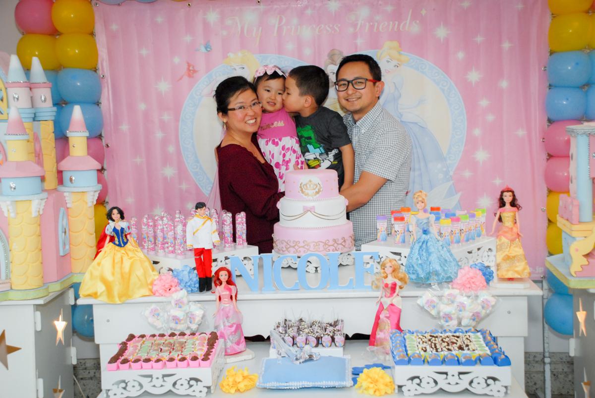 fotografia da famili no condominio vila mariana aniversario de nicole 3 aninhos tema da festa princesas