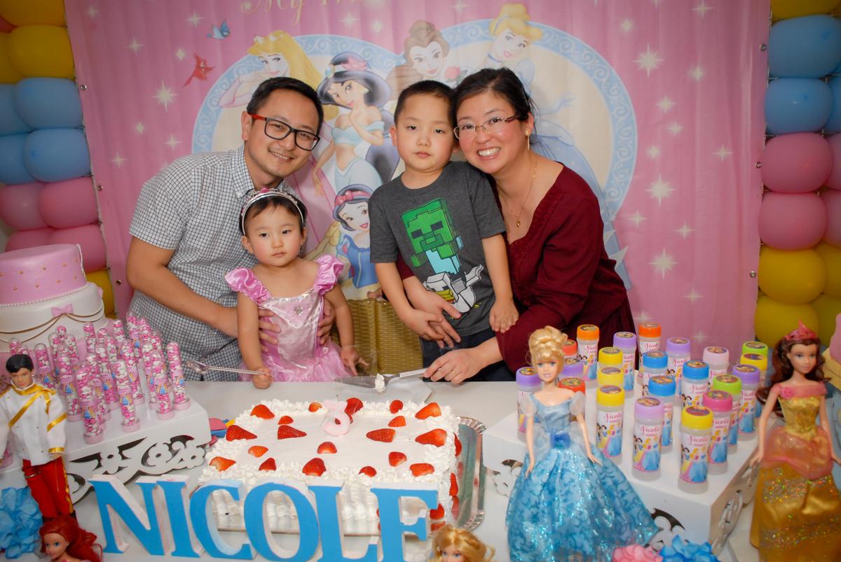 familia na mesa do bolo no condominio vila mariana aniversario de nicole 3 aninhos tema da festa princesas