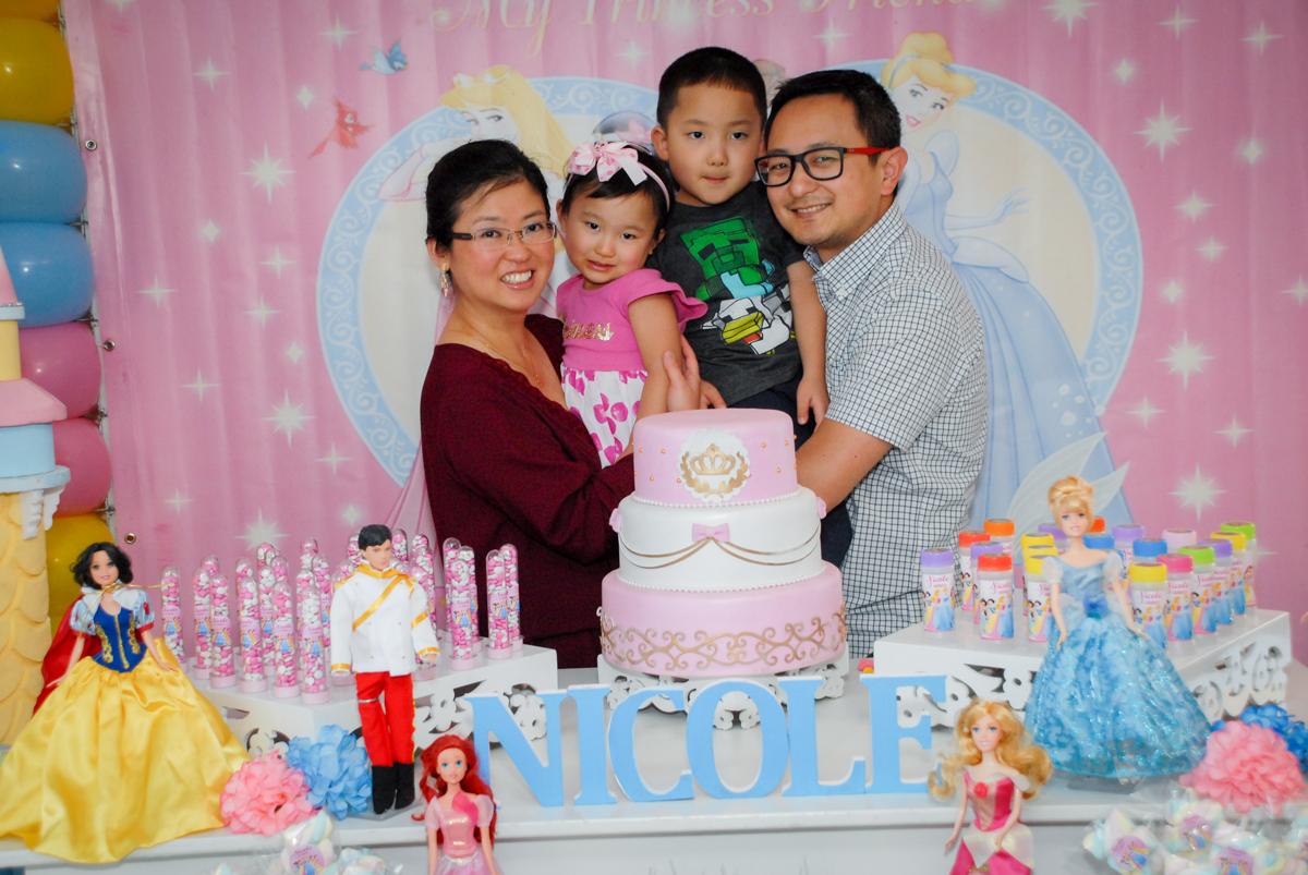 familia posa para a foto no condominio vila mariana aniversario de nicole 3 aninhos tema da festa princesas