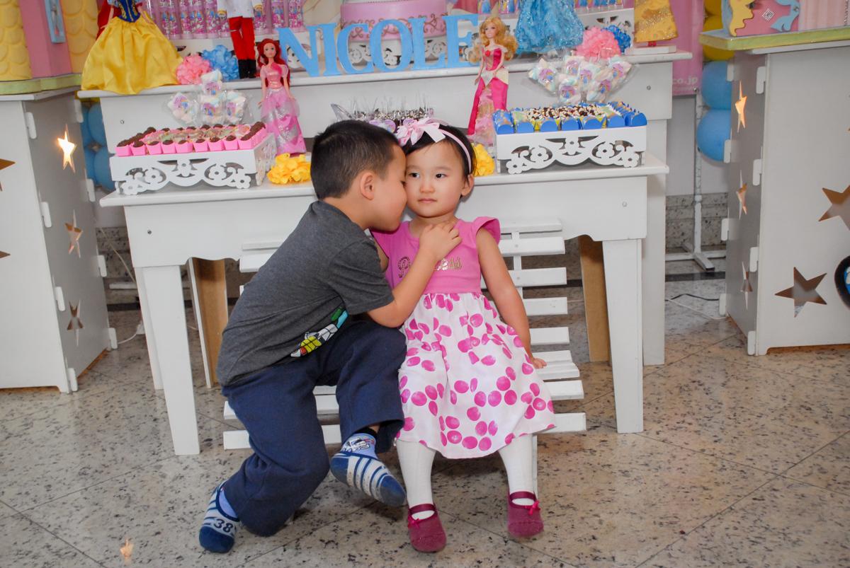 foto dos irmãos no condominio vila mariana aniversario de nicole 3 aninhos tema da festa princesas