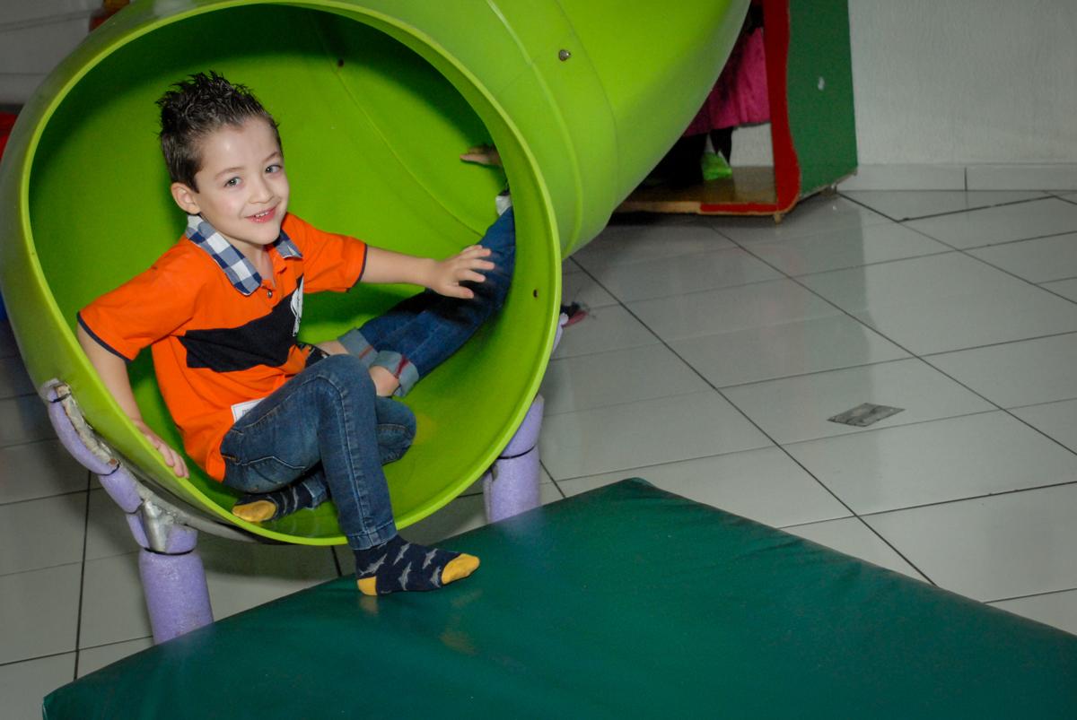 brincando no escorregador noBuffet Fábrica da Alegria, Morumbi, São Paulo, aniversário de Otávio 5 anos, tema da festa lego super heróis