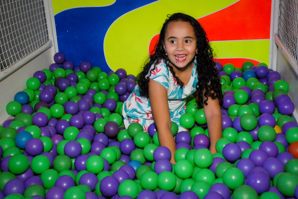 convidada brinca na piscina de bolinhas no Buffet Fábrica da Alegria, Morumbi, São Paulo, aniversário de Otávio 5 anos, tema da festa lego super heróis