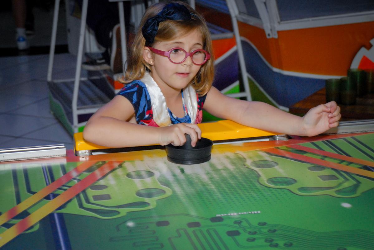 convidada brincando no futebol de mesa no Buffet Fábrica da Alegria, Morumbi, São Paulo, aniversário de Otávio 5 anos, tema da festa lego super heróis
