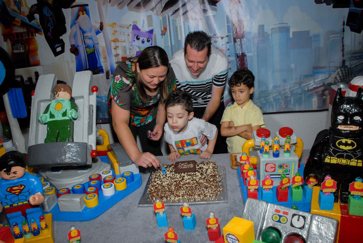 soprando a vela do bolo no Buffet Fábrica da Alegria, Morumbi, São Paulo, aniversário de Otávio 5 anos, tema da festa lego super heróis