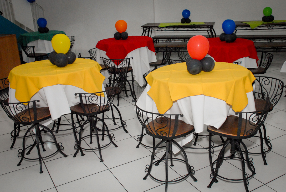 mesas decoradas com bexigas no Buffet Fábrica da Alegria, Morumbi, São Paulo, aniversário de Otávio 5 anos, tema da festa lego super heróis
