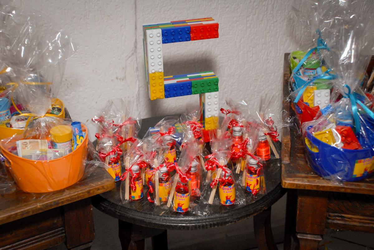 mesa de guloseimas no Buffet Fábrica da Alegria, Morumbi, São Paulo, aniversário de Otávio 5 anos, tema da festa lego super heróis