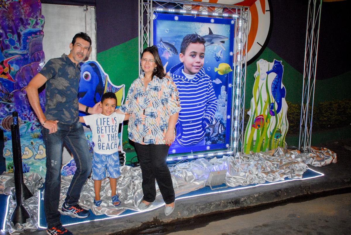 foto da família no banner digital no Buffet Fábrica da Alegria, Osasco, São Paulo, aniversário de Vinicius 6 anos, tema da festa Fundo do Mar