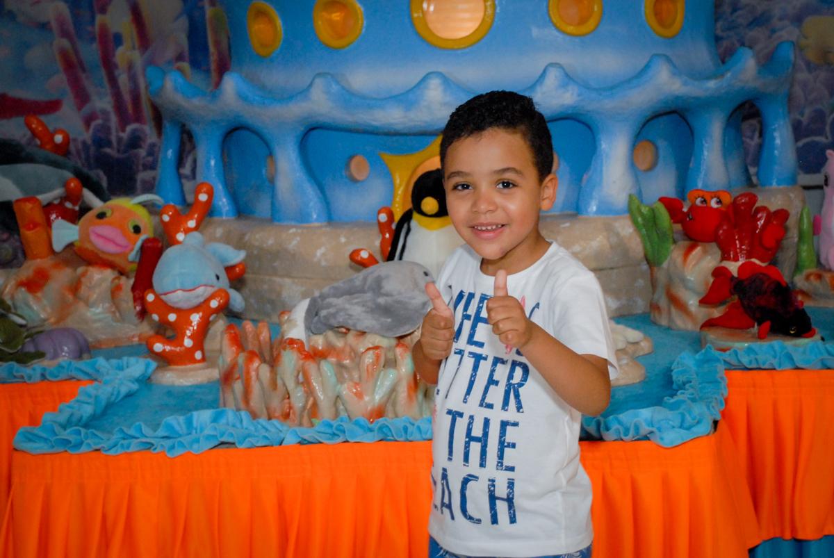 pose para a foto no Buffet Fábrica da Alegria, Osasco, São Paulo, aniversário de Vinicius 6 anos, tema da festa Fundo do Mar