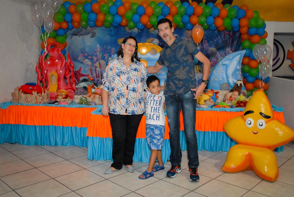 familia sendo fotografada no Buffet Fábrica da Alegria, Osasco, São Paulo, aniversário de Vinicius 6 anos, tema da festa Fundo do Mar