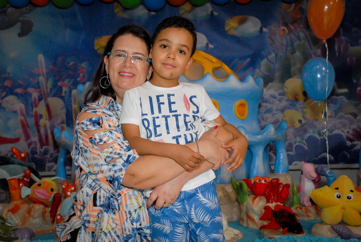 fotografia mãe e filho no Buffet Fábrica da Alegria, Osasco, São Paulo, aniversário de Vinicius 6 anos, tema da festa Fundo do Mar