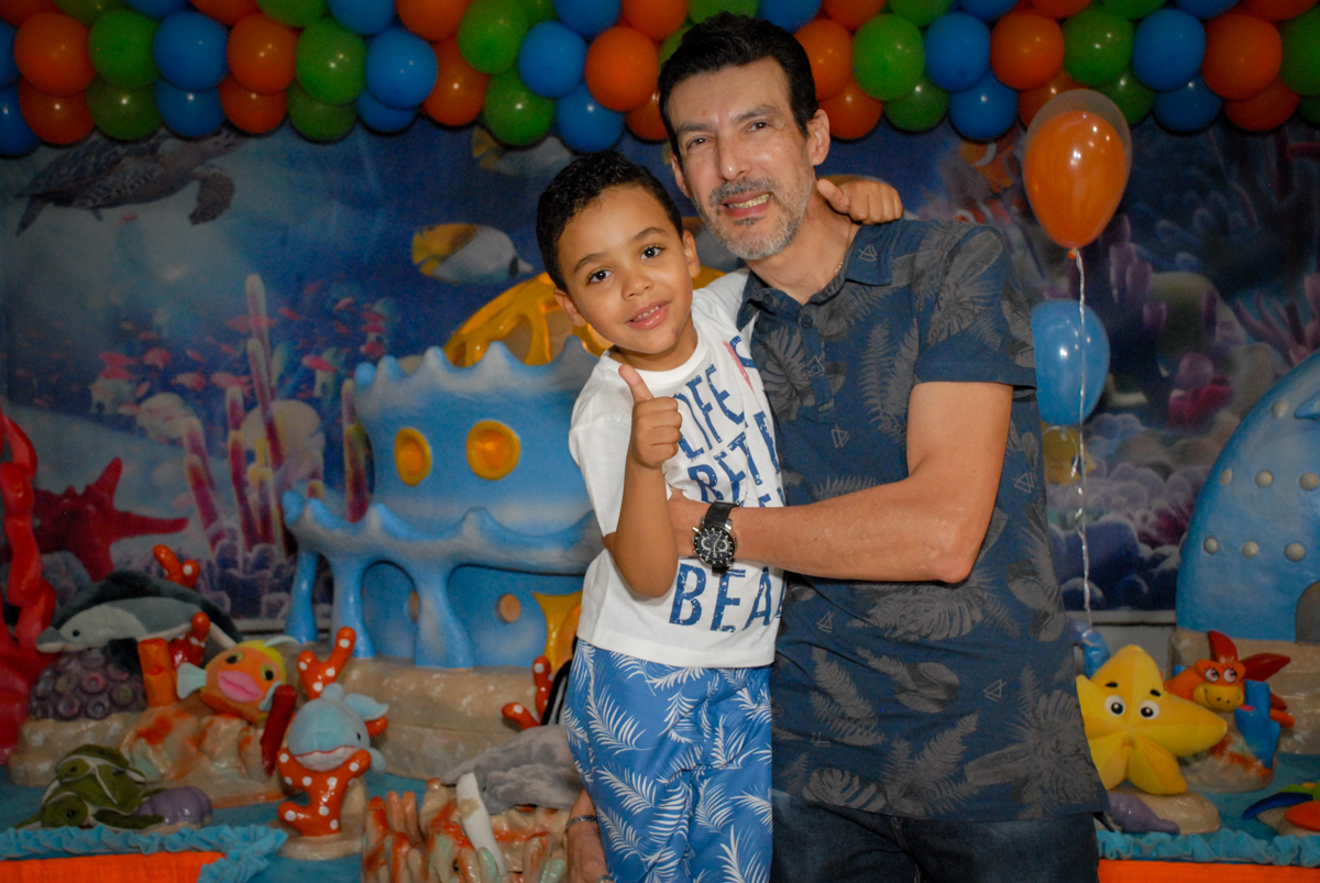 fotografia pai e filho no Buffet Fábrica da Alegria, Osasco, São Paulo, aniversário de Vinicius 6 anos, tema da festa Fundo do Mar