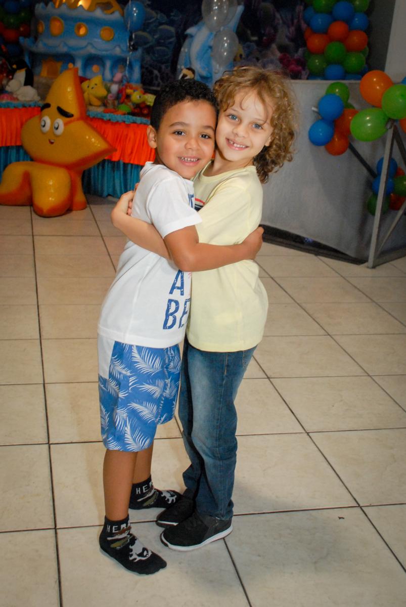 recebendo o amigo em sua festa no Buffet Fábrica da Alegria, Osasco, São Paulo, aniversário de Vinicius 6 anos, tema da festa Fundo do Mar