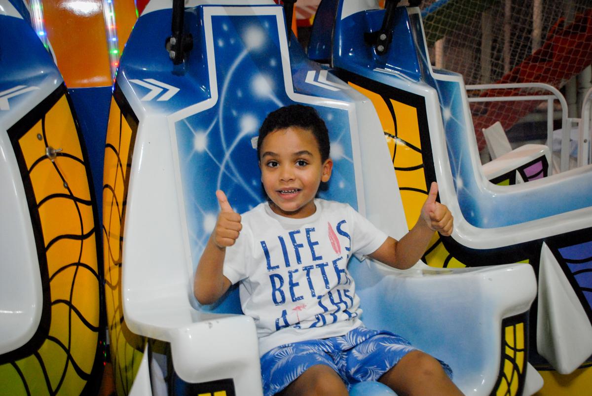 brincando no brinquedo elevador no Buffet Fábrica da Alegria, Osasco, São Paulo, aniversário de Vinicius 6 anos, tema da festa Fundo do Mar