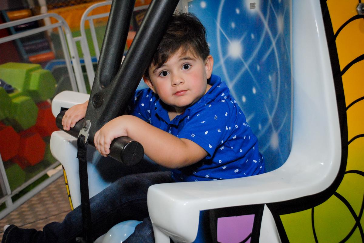 amigo feliz brinca no brinquedo elevador no Buffet Fábrica da Alegria, Osasco, São Paulo, aniversário de Vinicius 6 anos, tema da festa Fundo do Mar