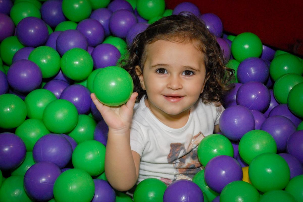 brincando na piscina de bolinha no Buffet Fábrica da Alegria, Osasco, São Paulo, aniversário de Vinicius 6 anos, tema da festa Fundo do Mar