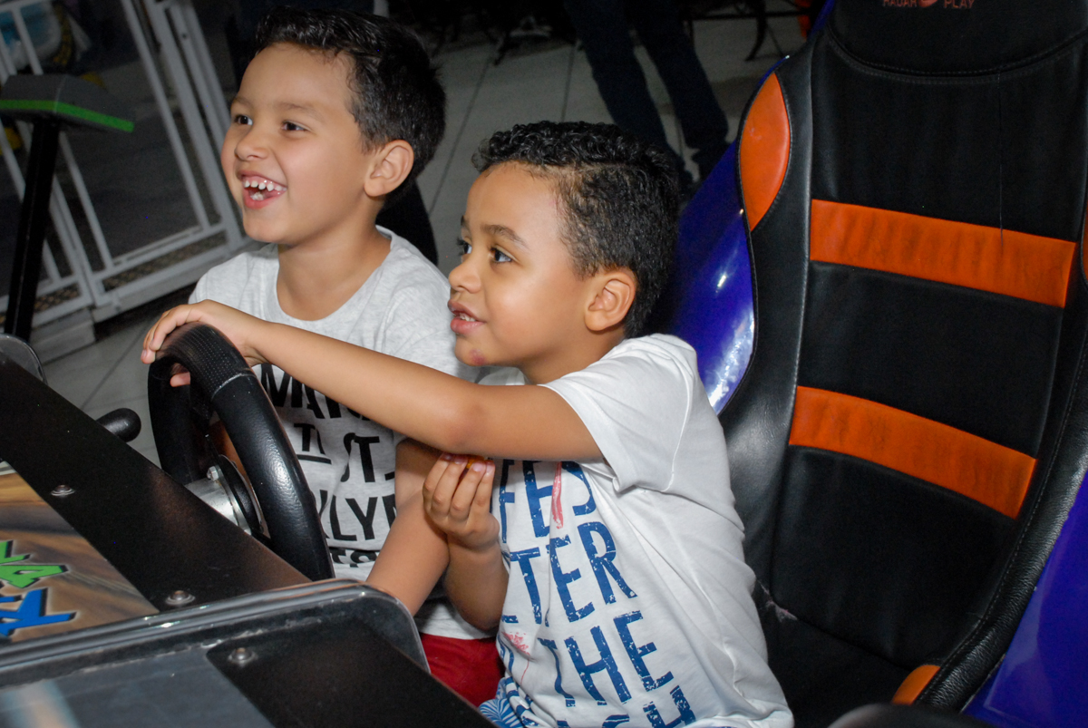 brincando no simulador de corridas no Buffet Fábrica da Alegria, Osasco, São Paulo, aniversário de Vinicius 6 anos, tema da festa Fundo do Mar