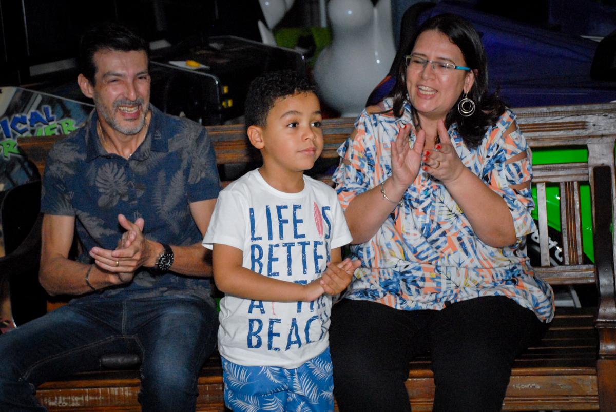assistindo a retrospectiva no Buffet Fábrica da Alegria, Osasco, São Paulo, aniversário de Vinicius 6 anos, tema da festa Fundo do Mar