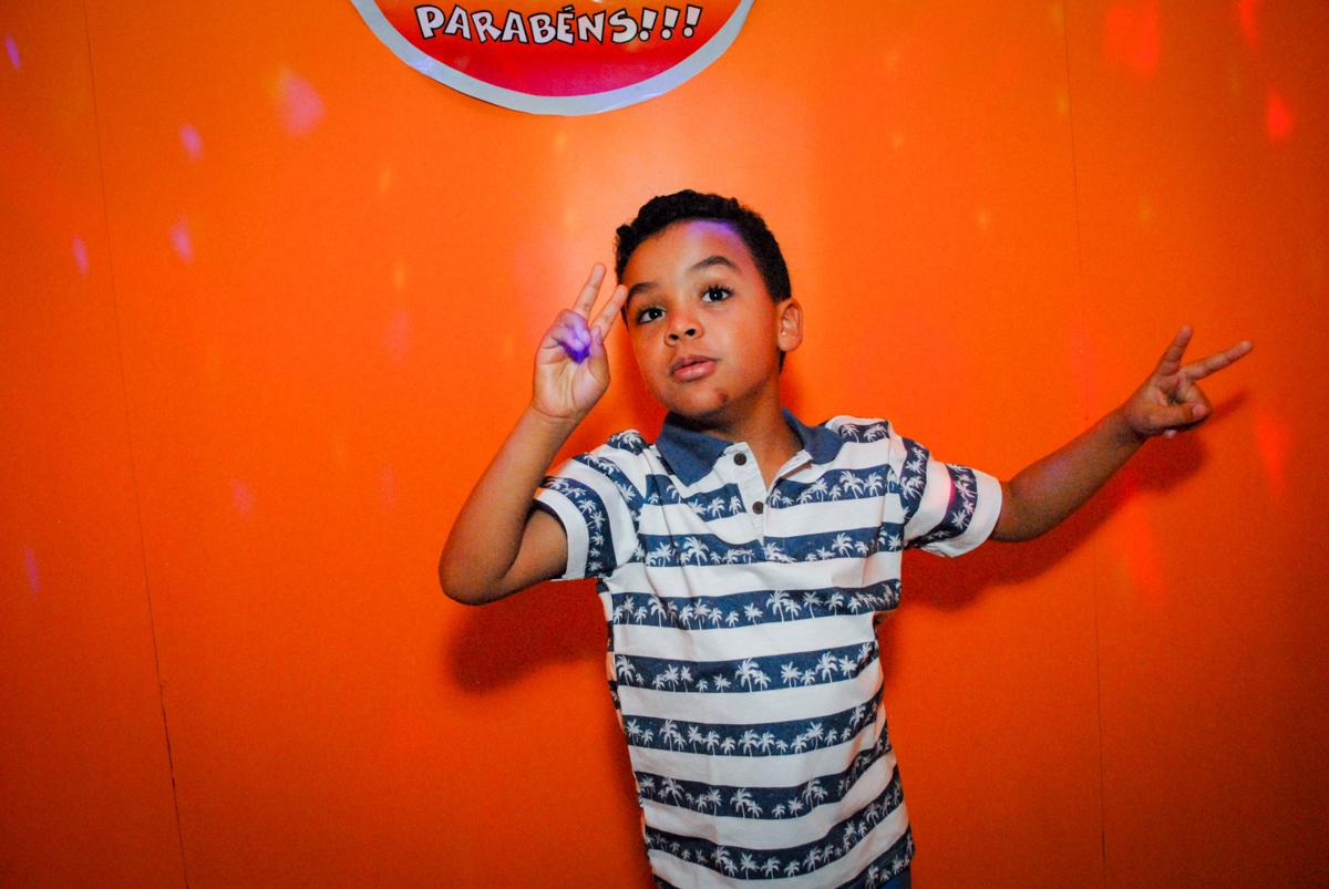 saindo da máquina do parabéns no Buffet Fábrica da Alegria, Osasco, São Paulo, aniversário de Vinicius 6 anos, tema da festa Fundo do Mar