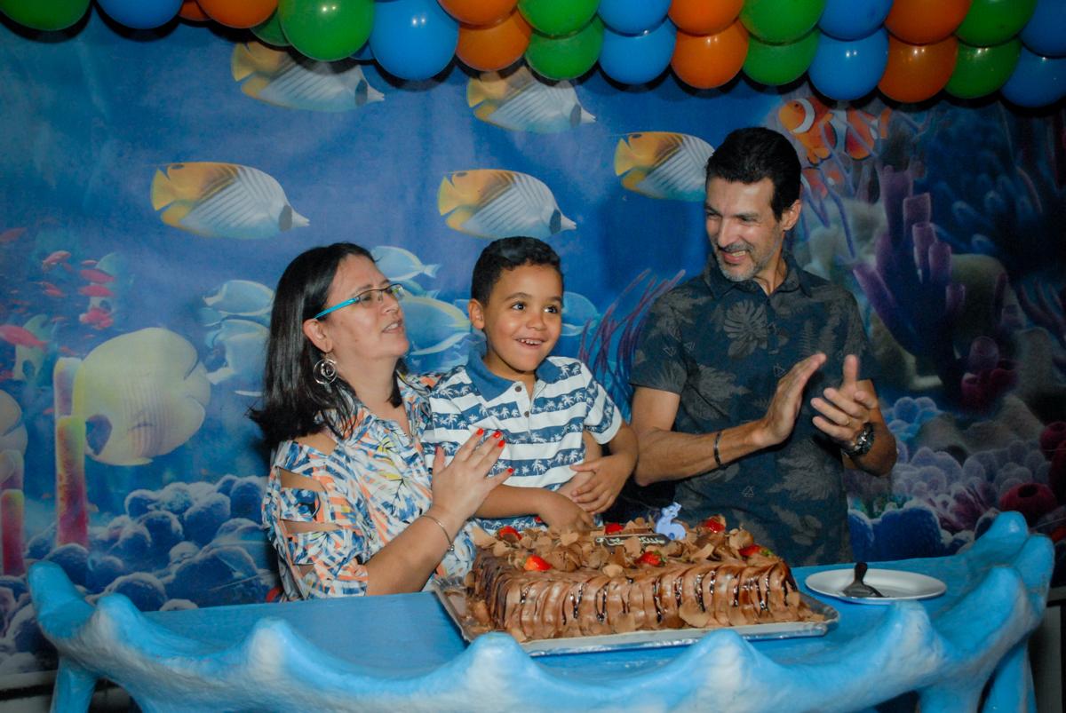 cantando parabéns no Buffet Fábrica da Alegria, Osasco, São Paulo, aniversário de Vinicius 6 anos, tema da festa Fundo do Mar