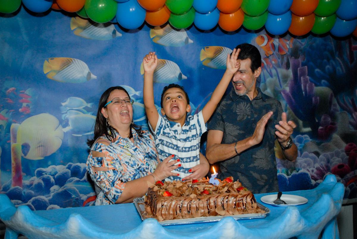 muita alegria no parabéns no Buffet Fábrica da Alegria, Osasco, São Paulo, aniversário de Vinicius 6 anos, tema da festa Fundo do Mar