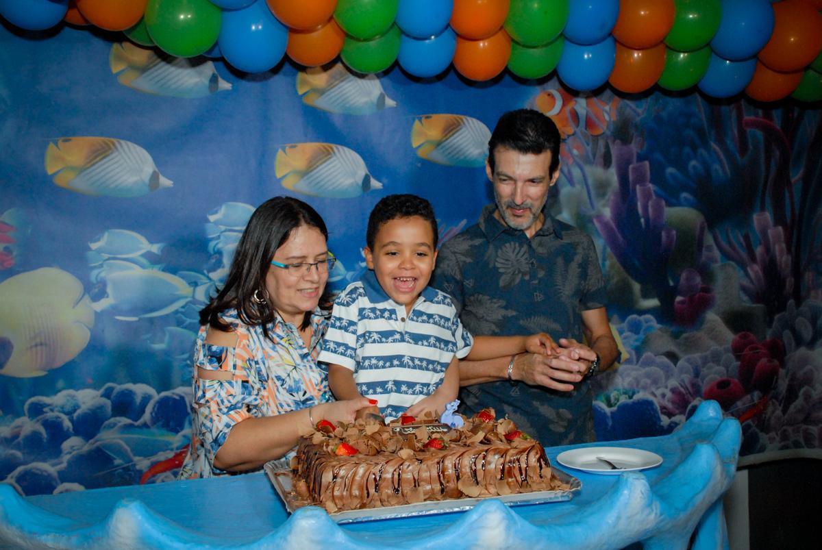 cortando o primeiro pedaço de bolo no Buffet Fábrica da Alegria, Osasco, São Paulo, aniversário de Vinicius 6 anos, tema da festa Fundo do Mar