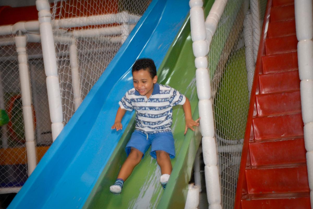 escorregador divertido no Buffet Fábrica da Alegria, Osasco, São Paulo, aniversário de Vinicius 6 anos, tema da festa Fundo do Mar