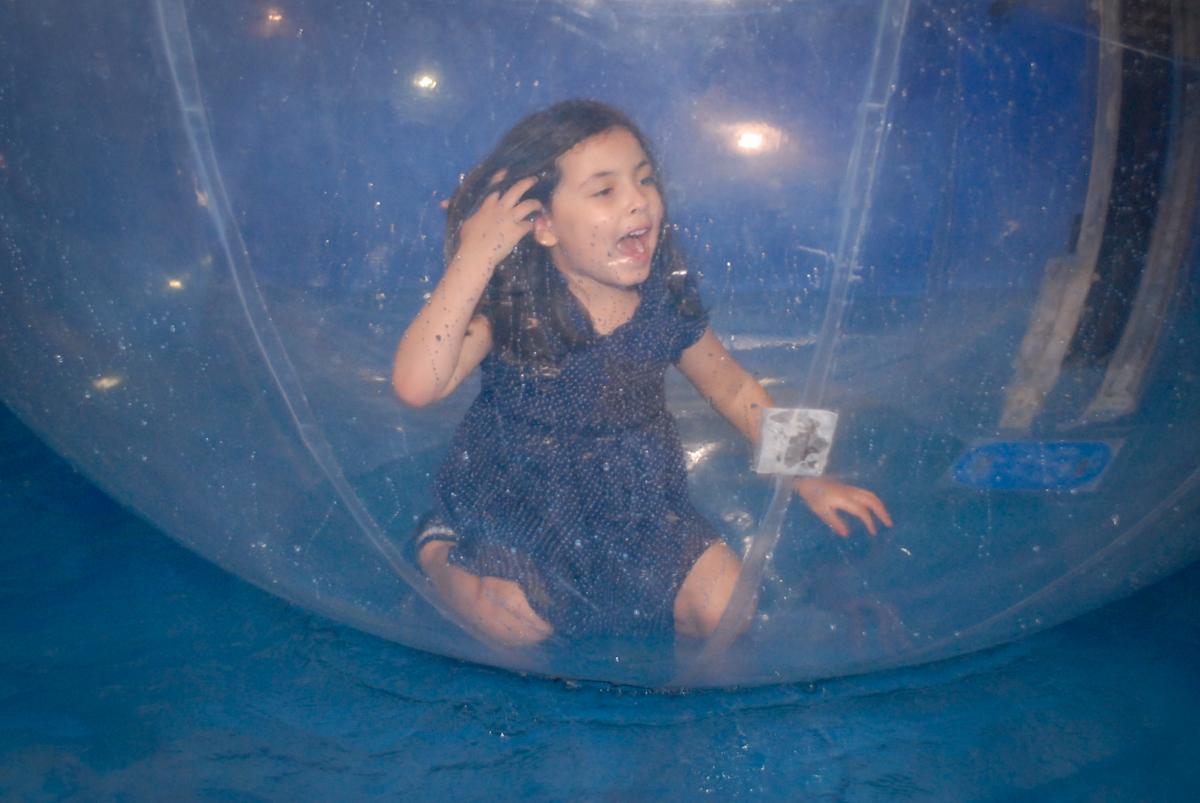 amiga curte o aqua play no Buffet Fábrica da Alegria, Osasco, São Paulo, aniversário de Vinicius 6 anos, tema da festa Fundo do Mar