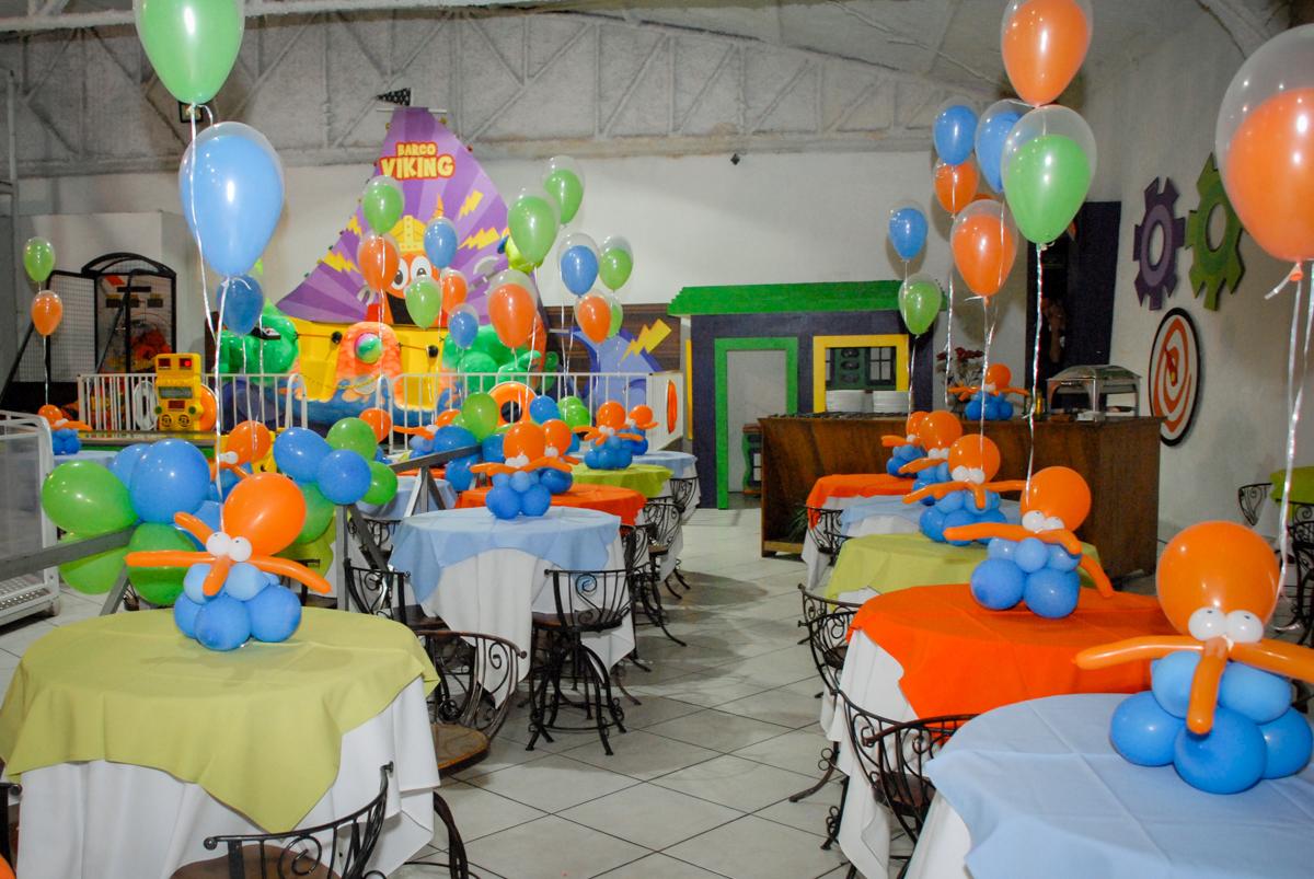 mesas decoradas com bexigas no Buffet Fábrica da Alegria, Osasco, São Paulo, aniversário de Vinicius 6 anos, tema da festa Fundo do Mar