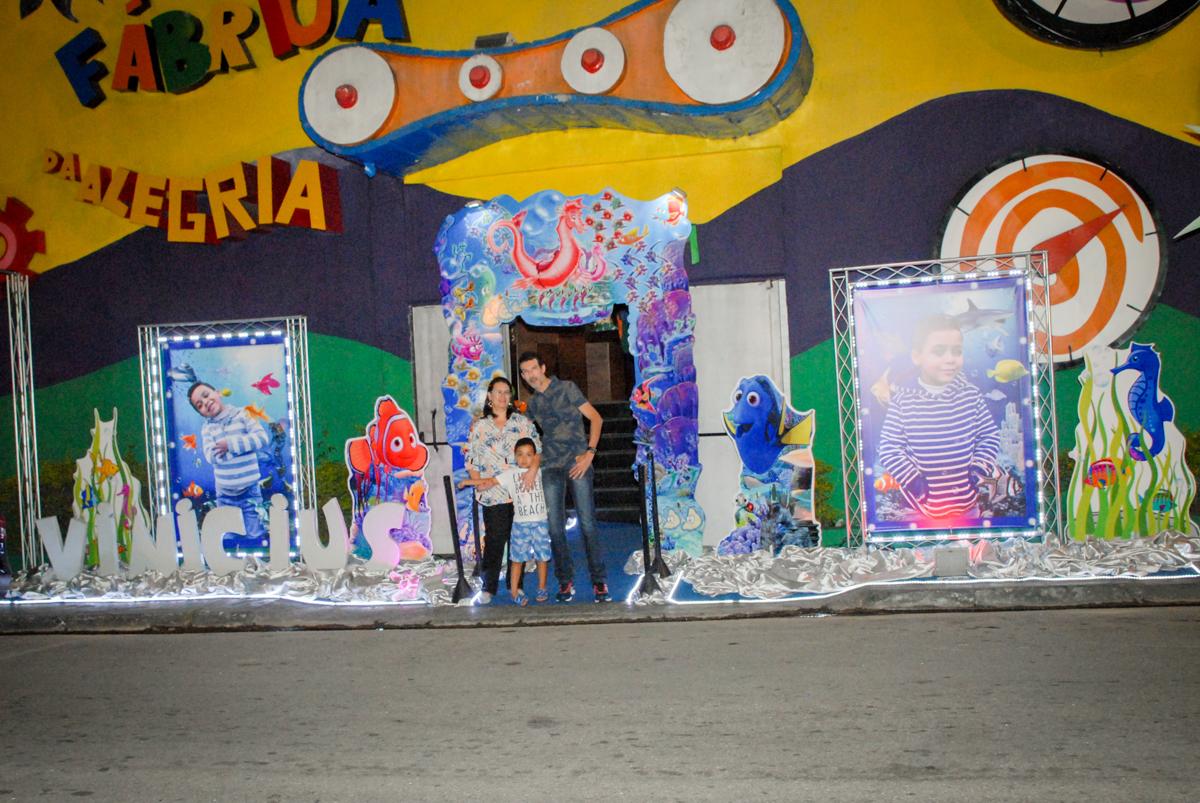 foto da família em frente o buffet no Buffet Fábrica da Alegria, Osasco, São Paulo, aniversário de Vinicius 6 anos, tema da festa Fundo do Mar