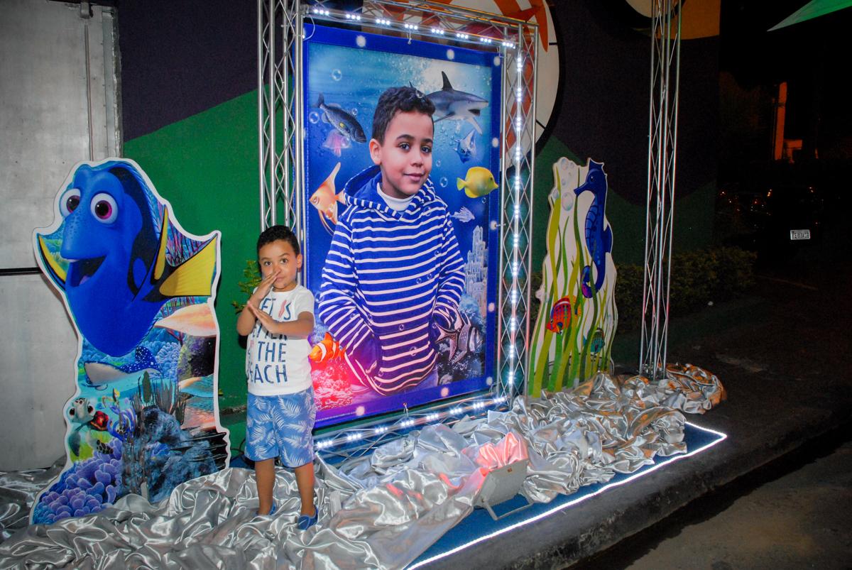 aniversariante sendo fotograado no banner digital no Buffet Fábrica da Alegria, Osasco, São Paulo, aniversário de Vinicius 6 anos, tema da festa Fundo do Mar