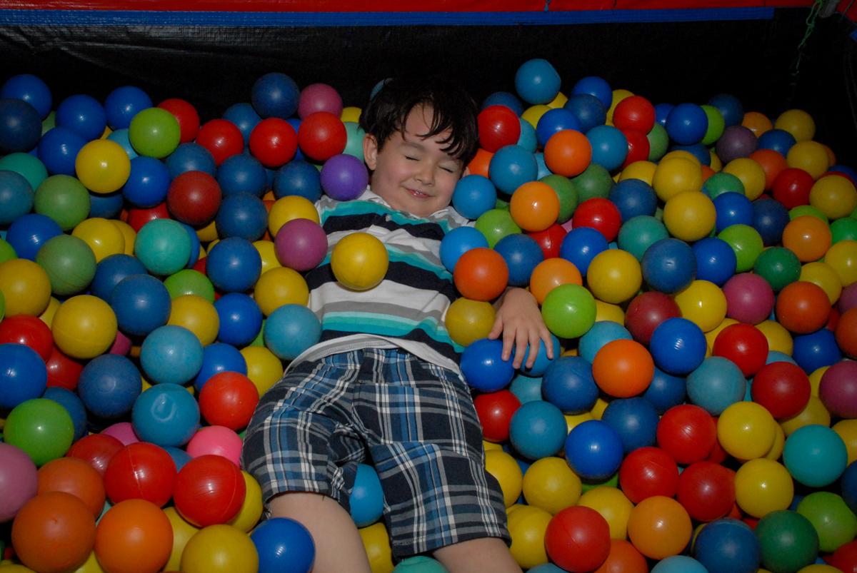 brincadeiras divetida na piscina de bolinhas no condominio vila prudente, aniversario de rafael 4 anos, tema da festa discvery kids