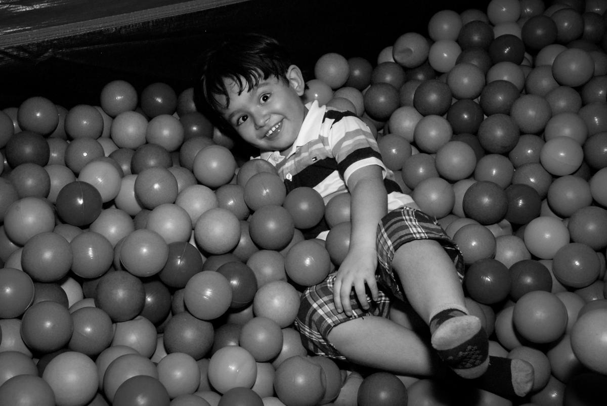 aniversariante se diverte na piscina de bolinhas no condominio vila prudente, aniversario de rafael 4 anos, tema da festa discvery kids