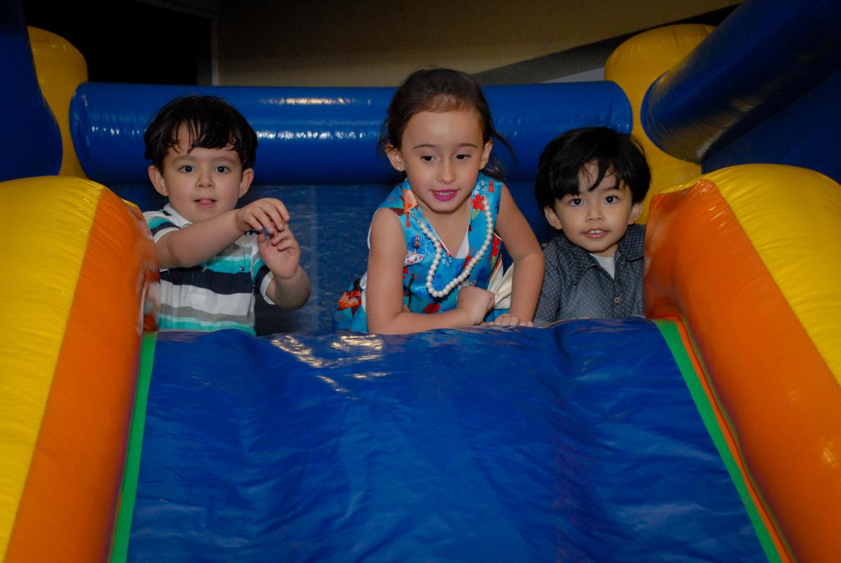 mais crianças brincam no condominio vila prudente, aniversario de rafael 4 anos, tema da festa discvery kids