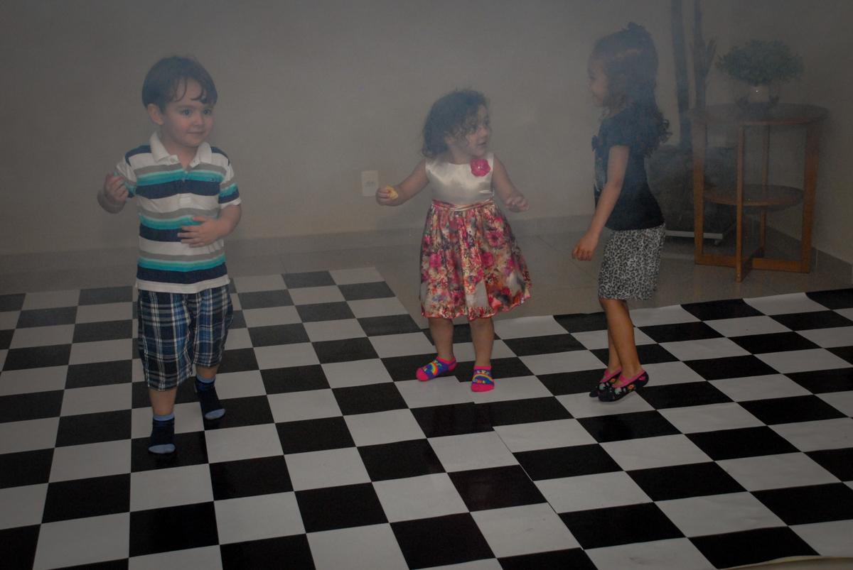 começou a balada no condominio vila prudente, aniversario de rafael 4 anos, tema da festa discvery kids