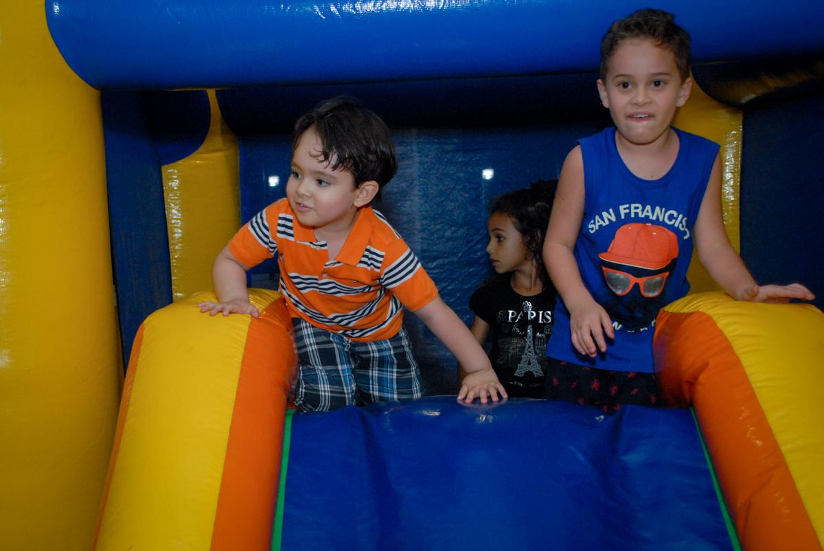 todos querem brinca no escorregador inflável no condominio vila prudente, aniversario de rafael 4 anos, tema da festa discvery kids