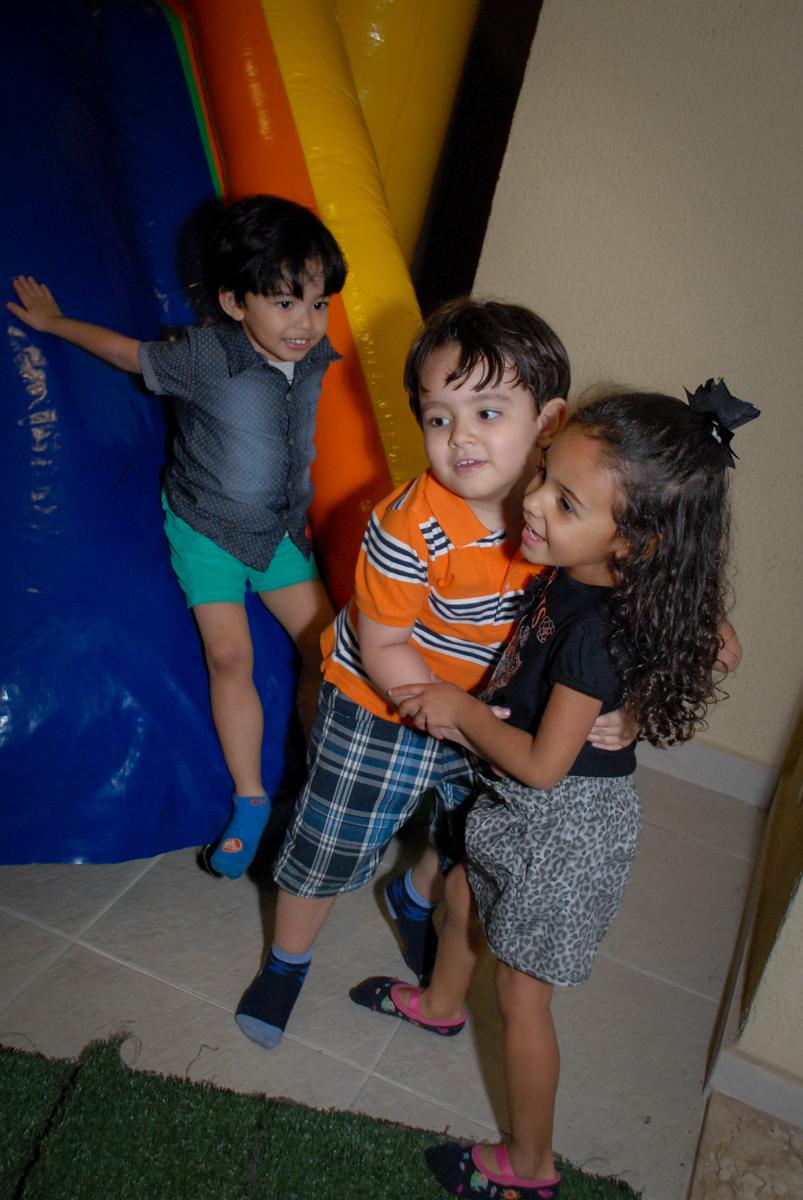 recebendo a amiga para sua festa no condominio vila prudente, aniversario de rafael 4 anos, tema da festa discvery kids