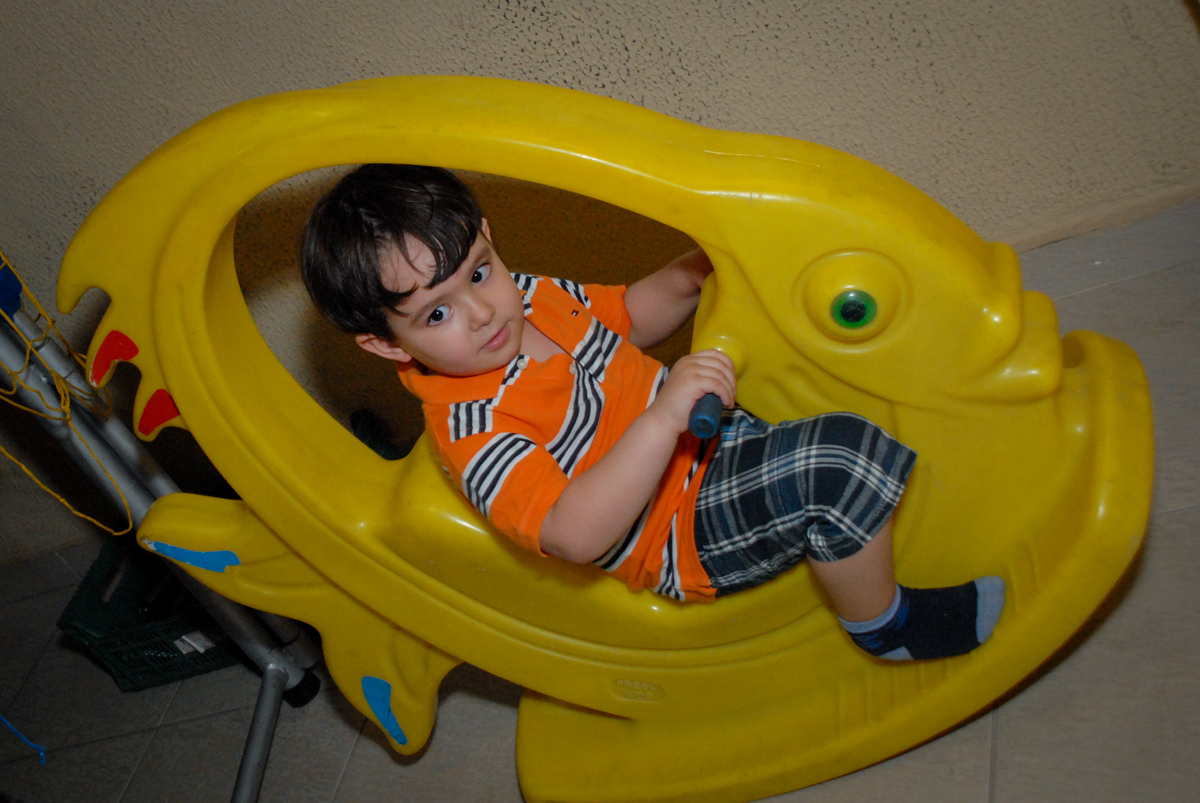 brincando no balanço no condominio vila prudente, aniversario de rafael 4 anos, tema da festa discvery kids